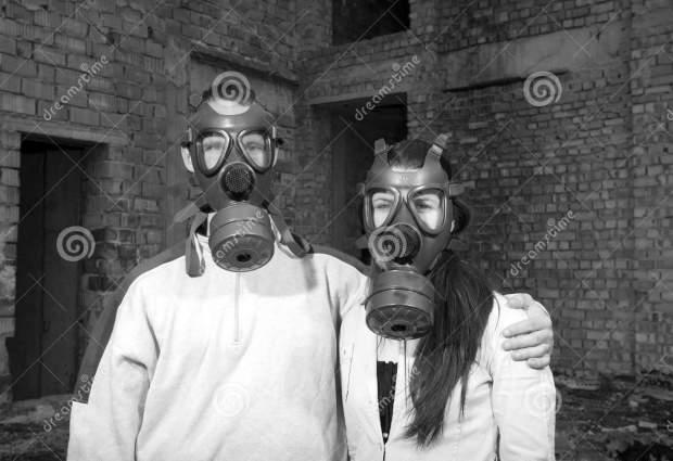 coppie-romantiche-con-le-maschere-antigas-19553927bn